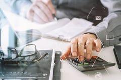 mano dell'uomo d'affari che funziona con le finanze circa costo ed il calcolatore Immagini Stock Libere da Diritti