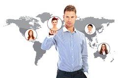Mano dell'uomo d'affari che funziona sopra la mappa di mondo Fotografie Stock Libere da Diritti