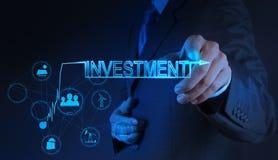 Mano dell'uomo d'affari che indica il concetto di investimento Fotografia Stock Libera da Diritti