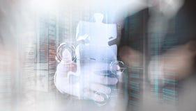 Mano dell'uomo d'affari che mostra il segno di associazione di puzzle 3d Immagini Stock