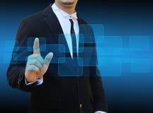 Mano dell'uomo d'affari che spinge bottone su un'interfaccia del touch screen Fotografie Stock Libere da Diritti