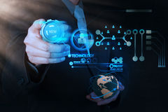 Mano dell'uomo d'affari che spinge il bottone di nuova tecnologia su comput moderno Fotografie Stock