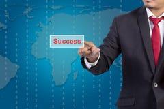Mano dell'uomo d'affari che spinge il bottone di successo Fotografie Stock Libere da Diritti