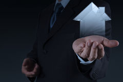 Mano dell'uomo d'affari che tiene casa 3d come assicurazione Fotografie Stock