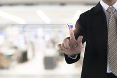 Mano dell'uomo d'affari che tocca sul sito Web alla compera Immagine Stock Libera da Diritti