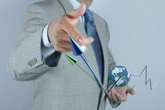 Mano dell'uomo d'affari che traccia un diagramma a torta Fotografia Stock