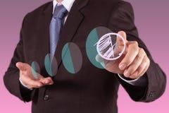 Mano dell'uomo d'affari che traccia un diagramma a torta Fotografia Stock Libera da Diritti