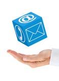 Mano dell'uomo d'affari con il cubo di comunicazione (isolato) Immagini Stock Libere da Diritti