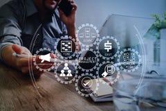 mano dell'uomo d'affari di successo facendo uso dello Smart Phone, penna dello stilo, tum digitali immagine stock