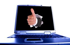 Mano dell'uomo d'affari nel foro sul computer portatile fotografia stock libera da diritti