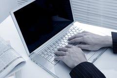 Mano dell'uomo dell'uomo d'affari che digita sul computer portatile Immagine Stock Libera da Diritti