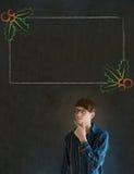 Mano dell'uomo, dello studente o dell'insegnante sul mento con il menu dell'agrifoglio di Natale per fare lista di controllo Fotografia Stock