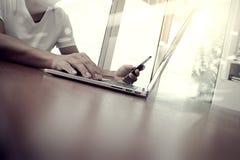 Mano dell'uomo di affari che lavora al computer portatile Immagine Stock