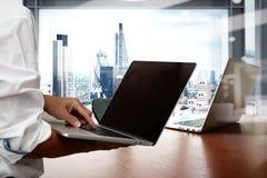 Mano dell'uomo di affari che lavora al computer portatile Immagine Stock Libera da Diritti