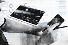 mano dell'uomo di affari che lavora al computer portatile e al digita del computer Fotografie Stock Libere da Diritti