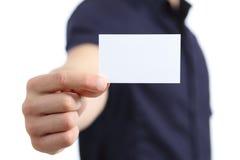 Mano dell'uomo di affari che tiene una carta in bianco Immagine Stock