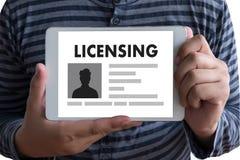 Mano dell'uomo di affari di AUTORIZZAZIONE di accordo di licenza di brevetto che funziona o illustrazione vettoriale