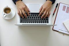 Mano dell'uomo di affari facendo uso del computer portatile fotografia stock libera da diritti