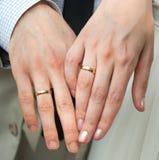 Mano dell'uomo e della donna, con gli anelli Fotografie Stock
