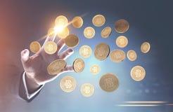 Mano dell'uomo s che raggiunge per i bitcoins Immagini Stock Libere da Diritti