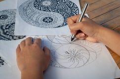 Mano dell'yin yang del disegno della donna per l'anti libro da colorare di sforzo Immagine Stock
