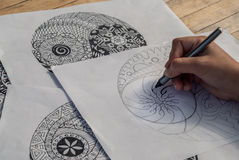Mano dell'yin yang del disegno della donna per l'anti libro da colorare di sforzo Immagini Stock Libere da Diritti