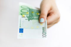 Mano della donna che dà soldi Fotografie Stock Libere da Diritti