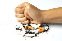 Mano della donna che distrugge le sigarette Fotografia Stock