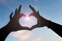 Mano della donna che fa il segno di amore immagine stock libera da diritti