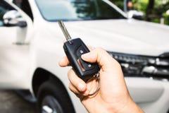 Mano della donna che giudica una chiave dell'automobile a distanza Immagine Stock Libera da Diritti