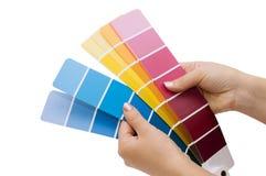 Mano della donna che indica un diagramma di colore del campione Fotografia Stock Libera da Diritti