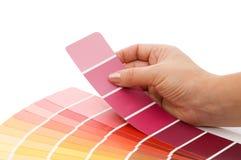 Mano della donna che indica un diagramma di colore del campione Fotografie Stock Libere da Diritti