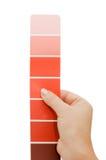 Mano della donna che indica un diagramma di colore del campione Immagini Stock Libere da Diritti