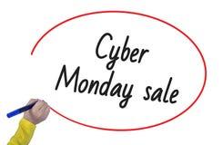 Mano della donna che scrive vendita cyber di lunedì con l'indicatore fotografie stock libere da diritti