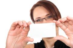 Mano della donna che tiene biglietto da visita in bianco vuoto bianco Immagini Stock