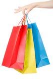 Mano della donna che tiene i sacchetti della spesa variopinti Fotografia Stock Libera da Diritti