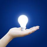 Mano che tiene lampadina Fotografie Stock