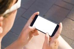 Mano della donna che tiene smartphone moderno contemporaneo Fotografie Stock Libere da Diritti
