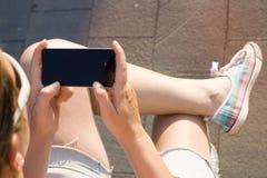 Mano della donna che tiene smartphone moderno contemporaneo Immagini Stock Libere da Diritti