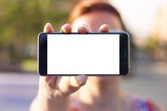 Mano della donna che tiene smartphone moderno contemporaneo Fotografia Stock