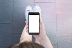 Mano della donna che tiene smartphone moderno contemporaneo Immagini Stock
