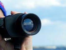 Mano della donna con binoculare Fotografia Stock