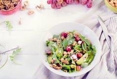 Mano della donna con i gamberetti arrostiti Concetto sano di cibo Immagini Stock Libere da Diritti