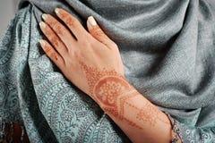 Mano della donna con il mehendi del hennè Fotografia Stock