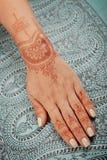 Mano della donna con il mehendi del hennè Immagini Stock