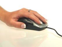 Mano della donna con il mouse del calcolatore Immagini Stock Libere da Diritti