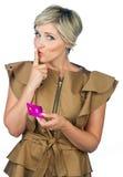 Mano della donna con la carta di credito Fotografia Stock