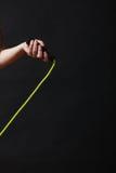 Mano della donna con la corda di salto Immagini Stock