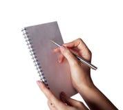 Mano della donna con la penna ed il taccuino Fotografie Stock Libere da Diritti