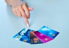 Mano della donna con le carte di credito Immagini Stock Libere da Diritti